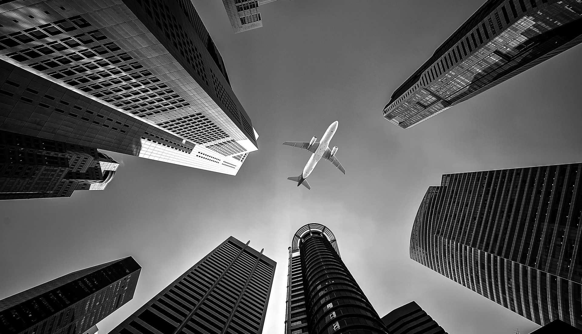 Vista de centro financiero mientras pasa un avión